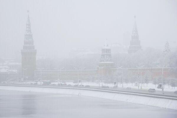 Сильный снегопад и гололед осложнили дорожную обстановку в Москве