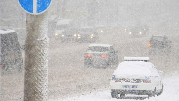 Плохая видимость и мокрый снег, вызванный понижением температуры в столичном регионе, уменьшили число автотранспорта на дорогах Москвы и Подмосковья