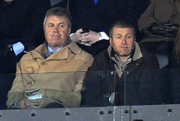 Гус Хиддинк (слева) и Роман Абрамович на матче Челси против Уотфорда