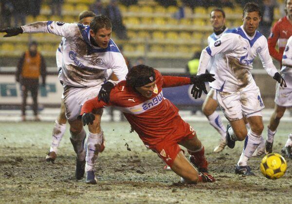 Марио Гомес (в центре, в красной форме) падает в борьбе с Ивицой Крижанацом