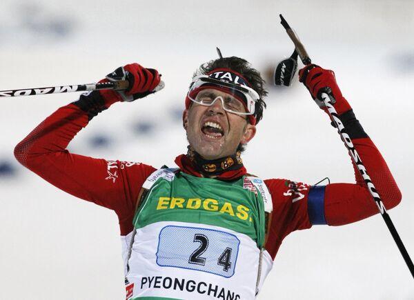 Оле-Эйнар Бьорндален финиширует за сборную Норвегии в эстафетной гонке на ЧМ по биатлону