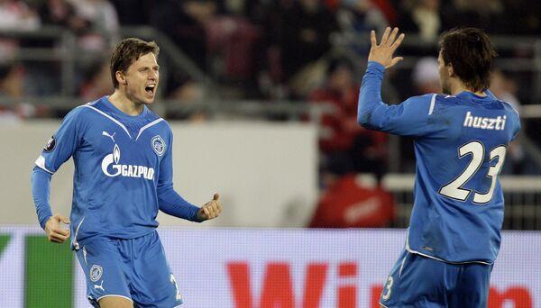 Игорь Семшов (слева) и Саболч Хусти празднуют гол Семшова в ворота Штутгарта