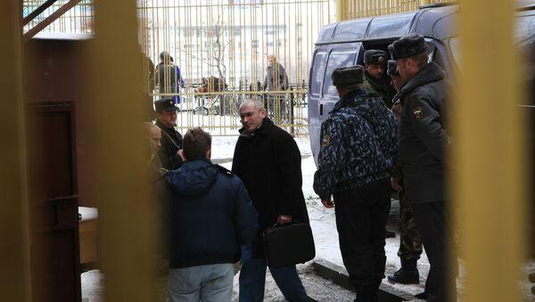 Бывший глава ЮКОСа Михаил Ходорковский у здания Хамовнического суда