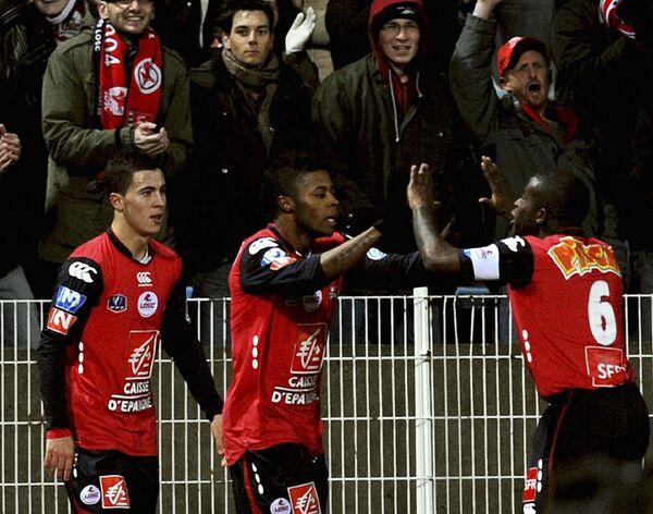 Футболисты Лилля празднуют гол Мишеля Бастоса в матче Кубка Франции против Лиона