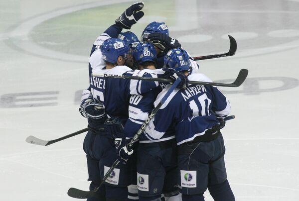Хоккеисты Динамо празднуют выход в полуфинал Кубка Гагарина
