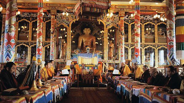 Служба в буддистском храме. Архив