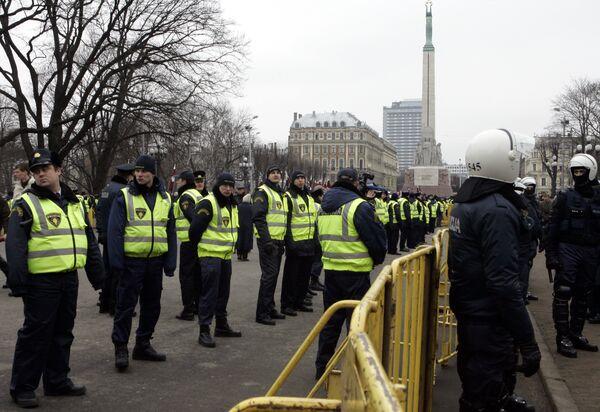 Сотрудники рижской полиции у памятника Свободы