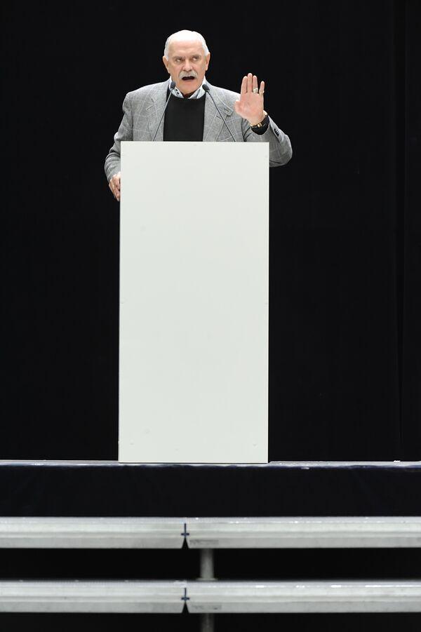 Никита Михалков открыл чрезвычайный съезд Союза кинематографистов в Москве