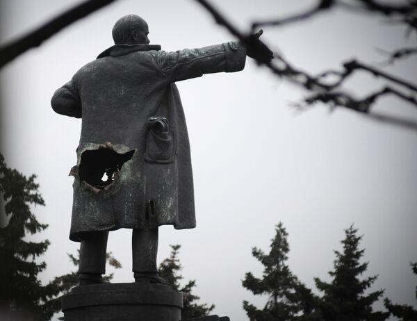 В Санкт-Петербурге взорвали памятник Ленину у Финляндского вокзала. Архив