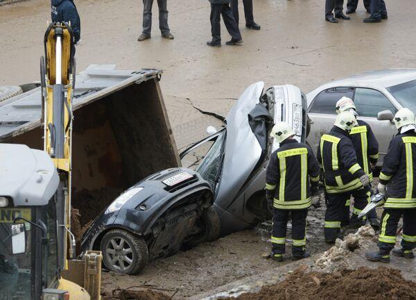 Четыре припаркованных автомобиля провалились в яму, образовавшуюся на автодороге в московском районе Бутово
