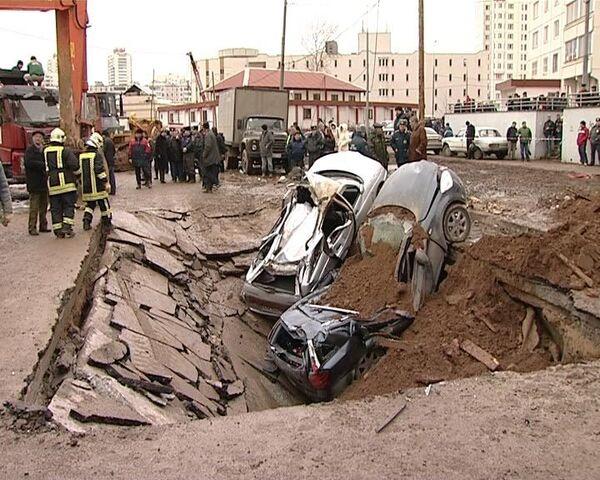 Четыре автомобиля ушли под асфальт в Бутово