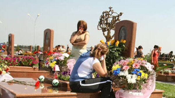 На кладбище Беслана, где похоронены жерты трагедии 1 сентября 2004 года