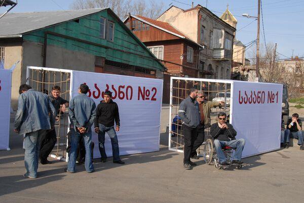 Ранее оппозиция установила десятки клеток - импровизированных тюремных камер - на проспекте Руставели