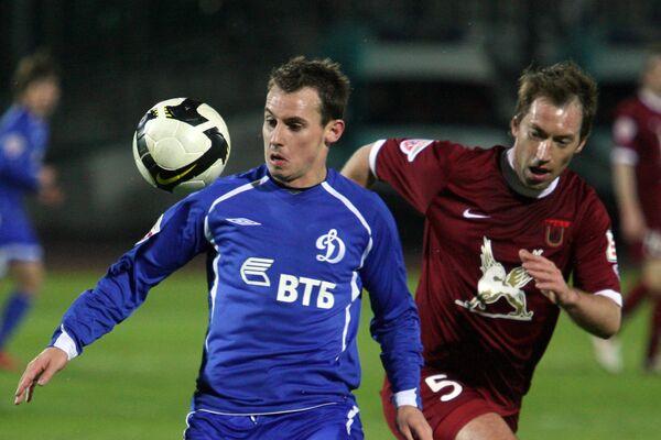 Петр Быстров (Рубин, справа) и Люк Уилкшер (Динамо, слева)