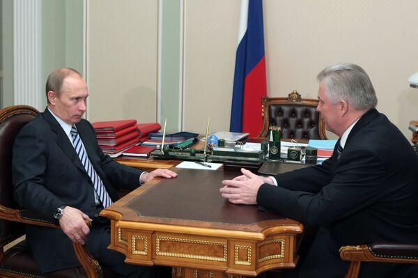 Глава правительства РФ Владимир Путин (слева) на встрече с президентом Бурятии Вячеславом Наговицыным (справа). Архив