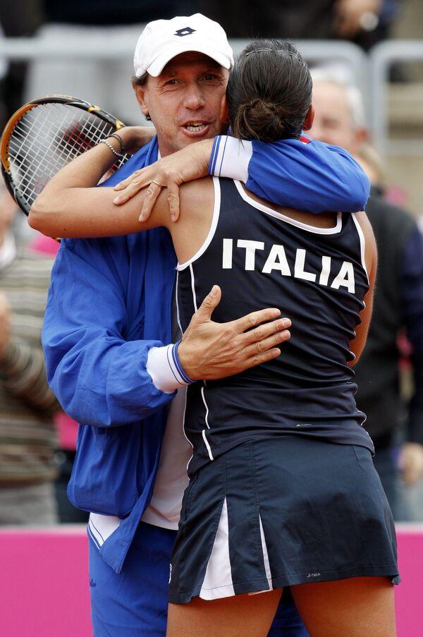 Капитан сборной Италии Коррадо Барадзутти (слева) поздравляет Флавию Пеннетту с победой над Анной Чакветадзе