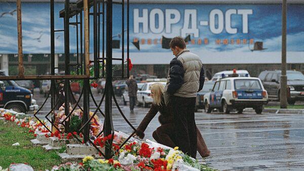 Возложение цветов у Театрального центра на Дубровке. Архив