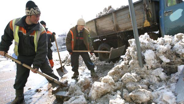 Более 4 тысяч человек убирали снег в Москве
