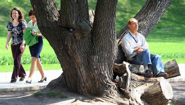 Отдыхающие в парке. Архив
