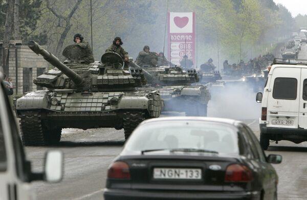 Танки покидают военную базу в Мухровани