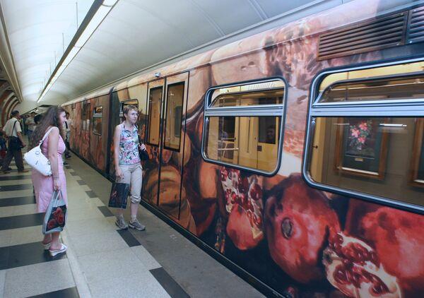Поезд-акварель на  Арбатско-Покровской линии Московского метрополитена