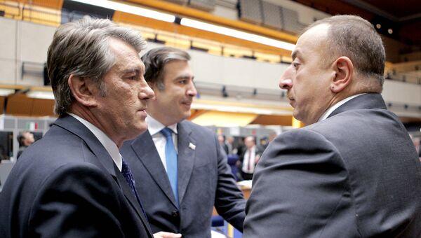 Виктор Ющенко, Михаил Саакашвили и Ильхам Алиев на учредительном саммите инициативы Евросоюза «Восточное партнерство» в Праге. Архив