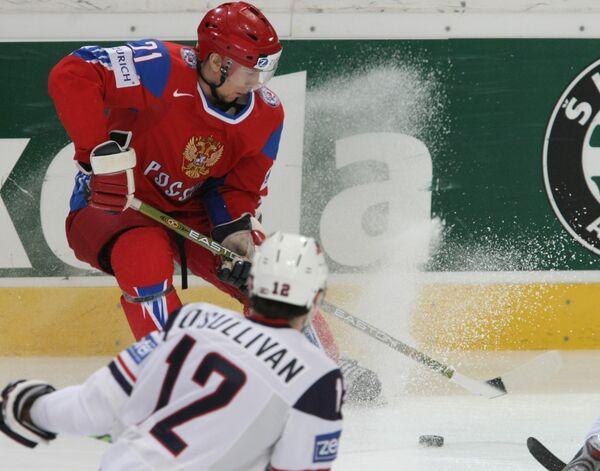 Российский нападающий Константин Горовиков (на втором плане, № 21)