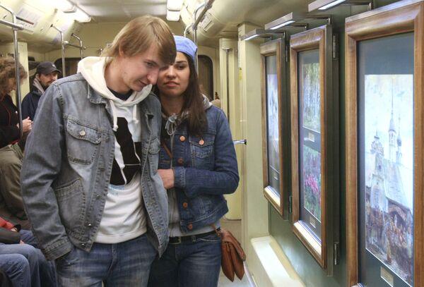 Праздновать 75-летие московский метрополитен начал заранее - с запуска поезда Акварель