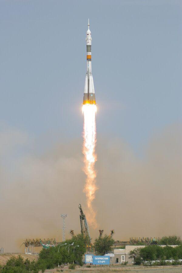 Старт ракеты-носителя Союз-ФГ с космическим кораблем Союз ТМА-15