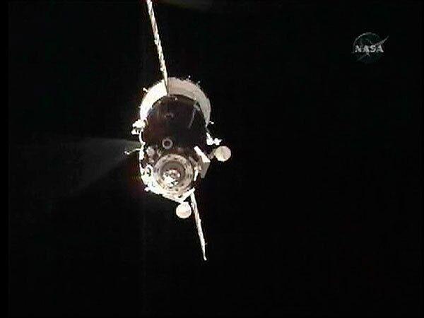 Корабль Союз ТМА-15 с тремя космонавтами отстыковался от МКС и начал спуск на Землю