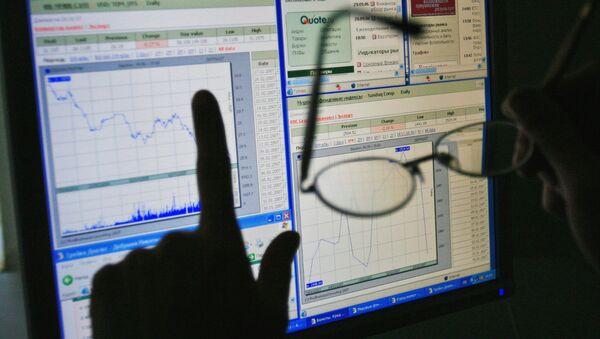Рынок акций РФ начал торги пятницы в минусе на внешнем негативе