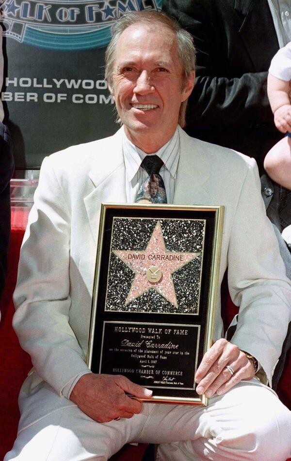 Актер Дэвид Кэррадайн на Аллее славы в Голливуде