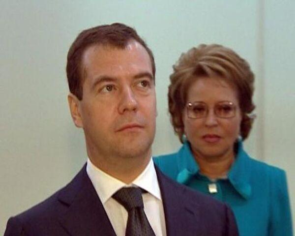 Чубайс угостил Медведева наноклубникой, а Греф показал офис будущего
