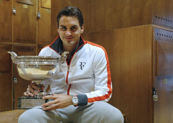Роджер Федерер с главным трофеем Ролан Гаррос
