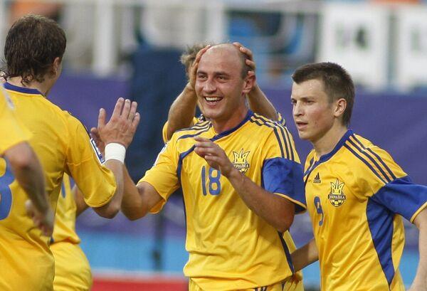 Забивший победный мяч полузащитник Сергей Назаренко (в центре) и его партнеры по сборной Украины