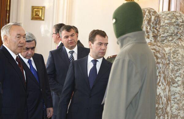 Главы государств ОДКБ ознакомились с образцами военной формы Коллективных сил оперативного реагирования (КСОР)