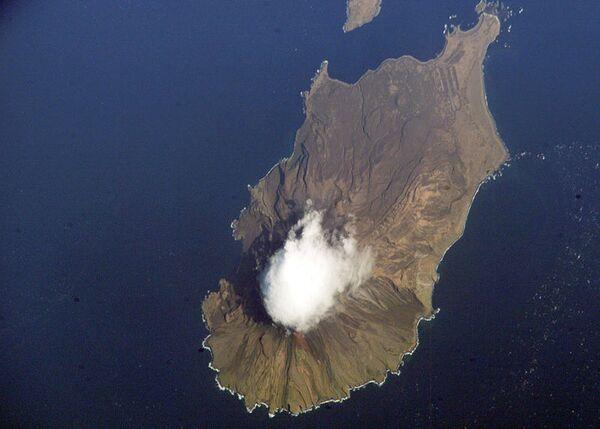 Курильский вулкан Пик Сарычева продолжает извергаться - ученые