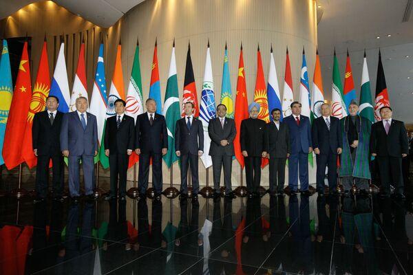 Совместное фотографирование глав государств-членов Шанхайской организации сотрудничества (ШОС), глав государств и правительств стран-наблюдателей и глав приглашенных государств.