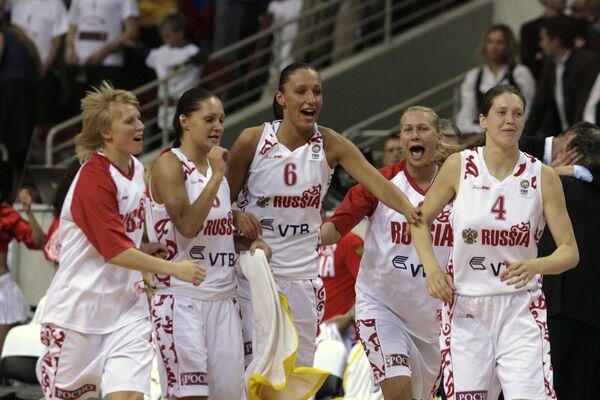 Российские баскетболистки празднуют победу над Латвией в четвертьфинале ЧЕ-2009