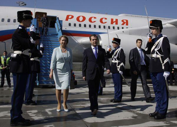 Д.Медведев и С.Медведева в аэропорту Амстердама