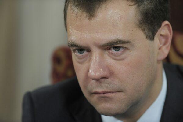 Медведев: ДТП происходят из-за безобразных дорог и расхлябанности
