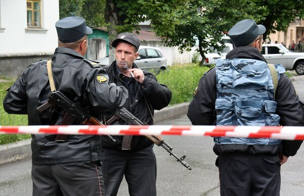 По предварительным данным, взрыв в центре Грозного в среду совершил террорист-смертник. Место происшествия полностью оцеплено.
