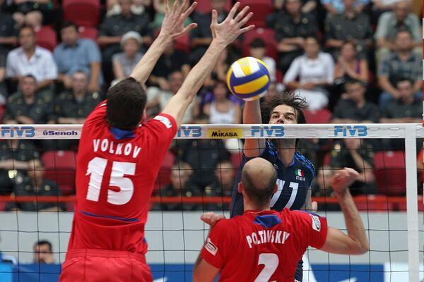 Волейболисты мужской сборной России Александр Волков и Семен Полтавский (в красной форме)