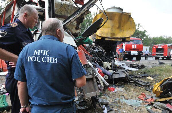 На месте столкновения бензовоза КамАЗ с автобусом Икарус на трассе Ростов-Краснодар в Ростовской области.