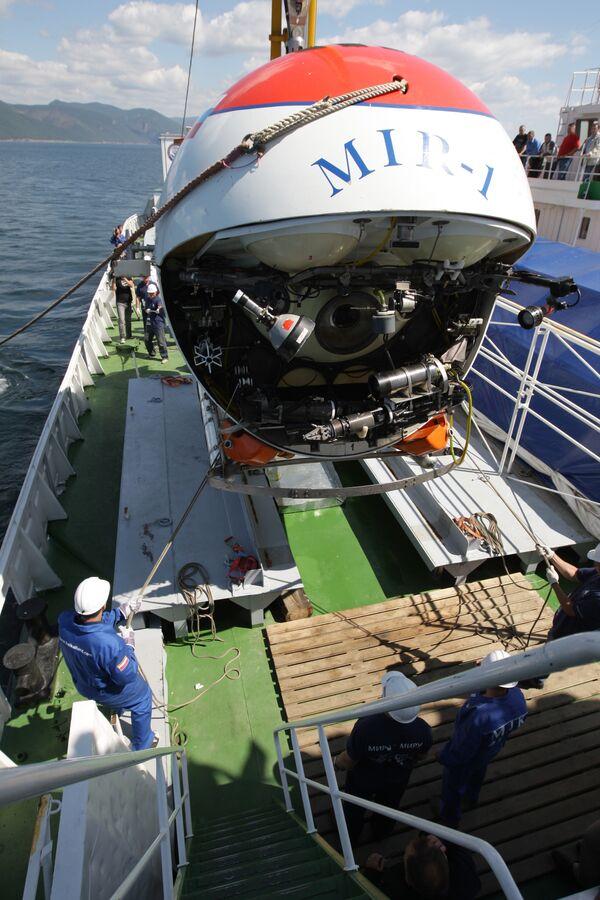 Погружение глубоководных аппаратов Мир на дно озера Байкал