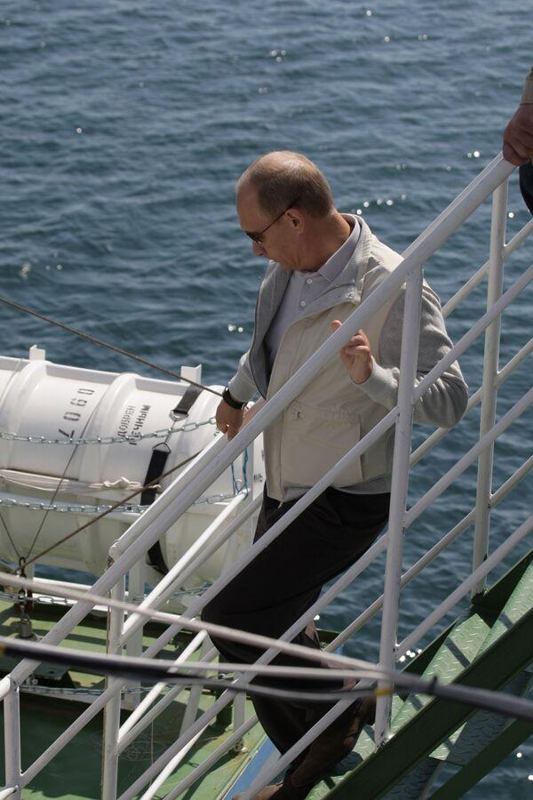 Премьер-министр РФ Владимир Путин посетил научное судно Метрополь