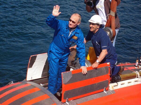 Премьер-министр РФ Владимир Путин совершил погружение на дно озера Байкал