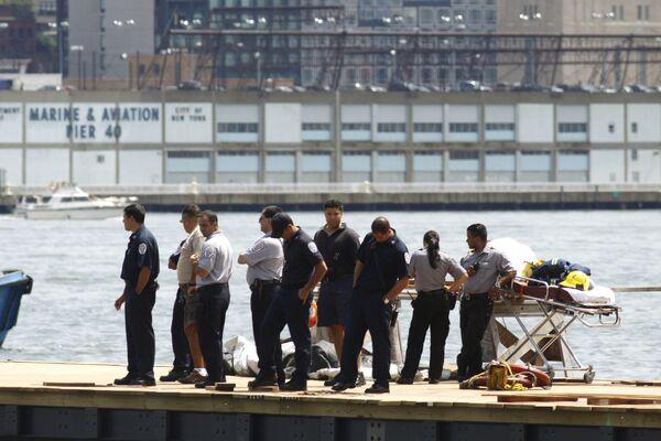 Спасатели на пирсе рядом с местом столкновения самолета и вертолета над рекой Гудзон в Нью-Йорке