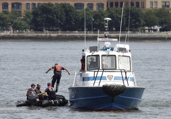 Команда спасателей на месте столкновения самолета и вертолета над рекой Гудзон