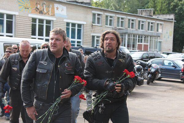 Члены российского клуба байкеров Ночные волки приехали проститься с командиром пилотажной группы Русские витязи Игорем Ткаченко
